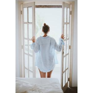 フリー写真, 人物, 女性, 外国人女性, 後ろ姿, 寝間き(パジャマ), 扉(ドア), 朝, 眺める