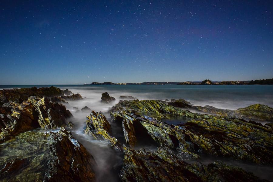 フリー写真 星空と夜の海岸風景