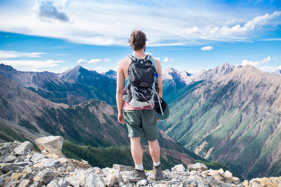 フリー写真 山の風景と後ろ姿の登山者