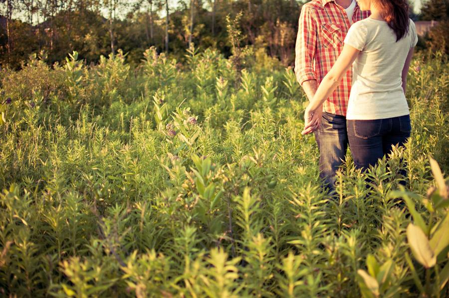 フリー写真 草むらで手をつなぐカップル