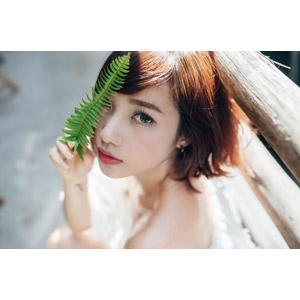 フリー写真, 人物, 女性, アジア人女性, 女性(00201), ベトナム人, ショートヘア, 目を覆う, 葉っぱ
