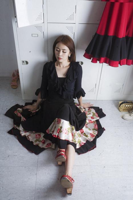 フリー写真 ドレス姿で着替え室に座り込む女性