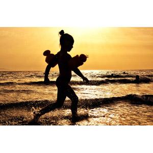 フリー写真, 人物, 子供, 女の子, シルエット(人物), 腕浮き輪, 人と風景, 海, 海水浴, 水しぶき, 夕暮れ(夕方), 夕焼け, オレンジ色, 夏