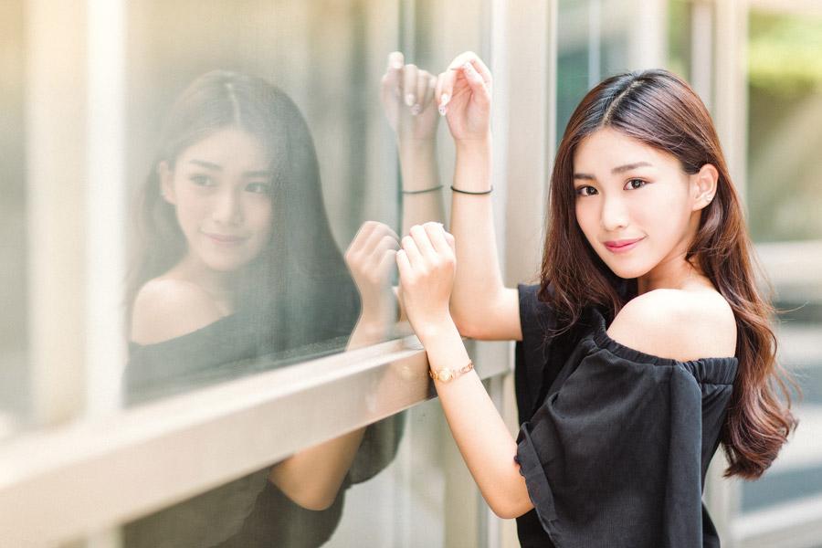フリー写真 ガラス窓の前に立つ女性のポートレイト