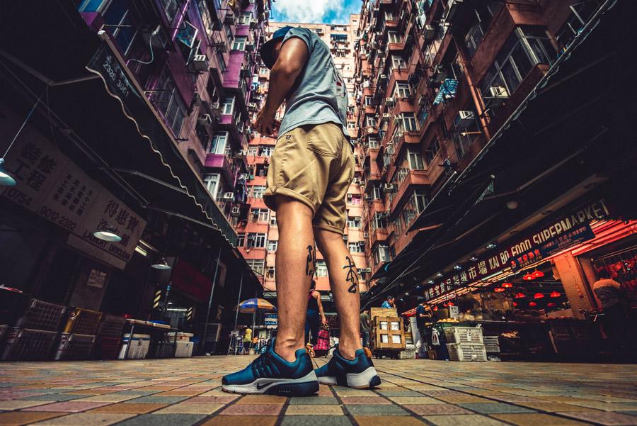 フリー写真 香港の高層マンションの前に立つ男性