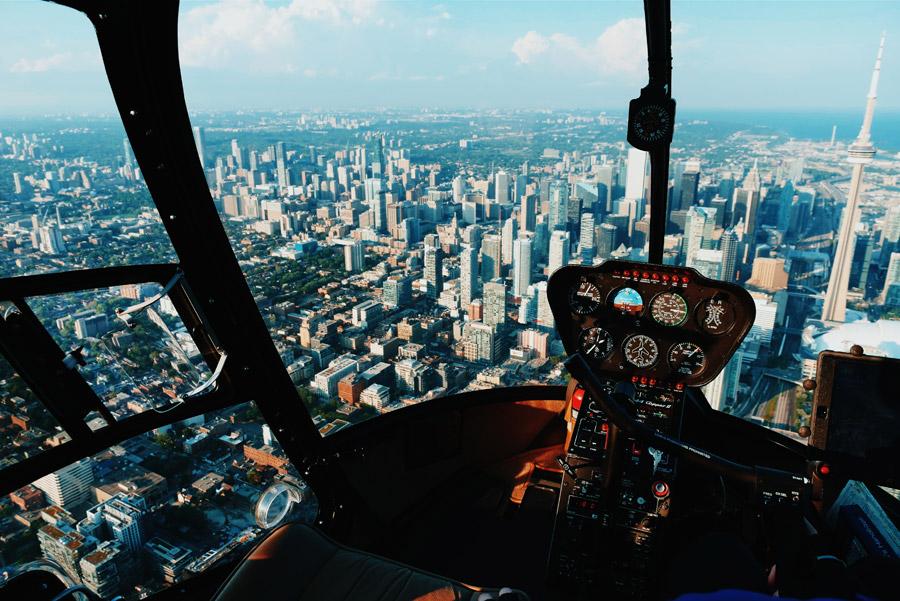 フリー写真 ヘリの操縦席から見るCNタワーとトロントの街並み