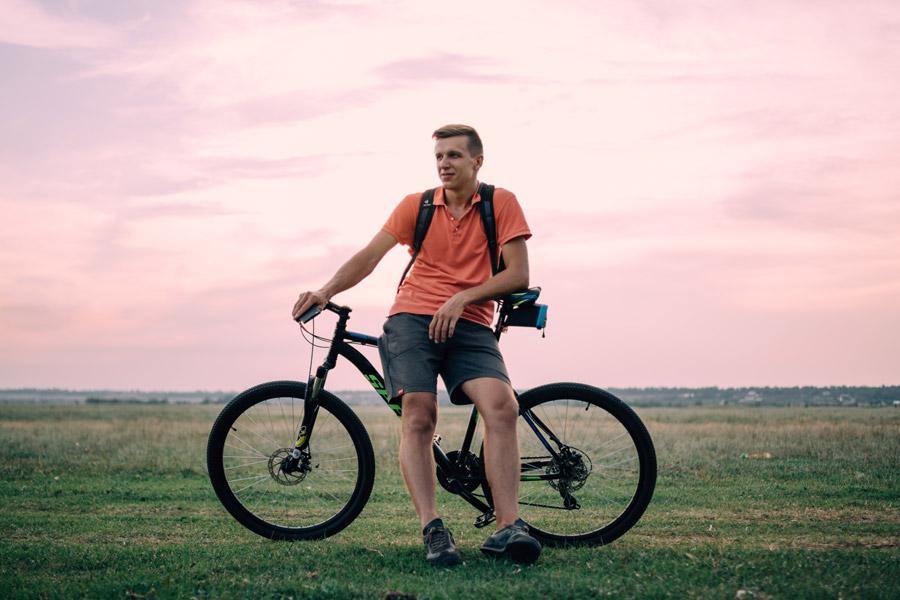 フリー写真 マウンテンバイクに腰掛ける外国人男性