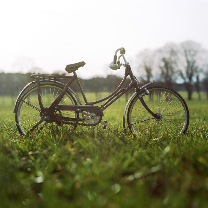 フリー写真 芝生の上に停められた自転車