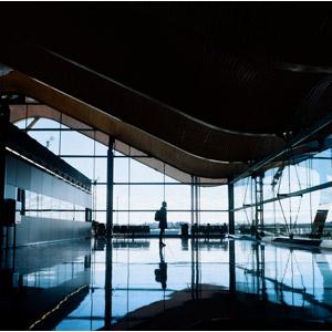 フリー写真, 風景, 建造物, 建築物, 空港, 人と風景, 少女, 女性, バックパック, シルエット(人物)