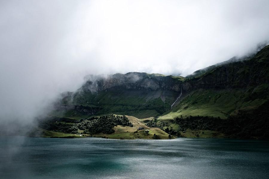フリー写真 霧に覆われる海岸の崖の風景