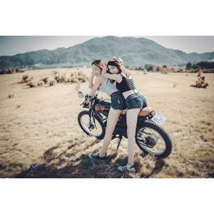 フリー写真, 人物, 女性, アジア人女性, ベトナム人, 人と乗り物, 乗り物, バイク(オートバイ), キャミソール, ショートパンツ, 二人