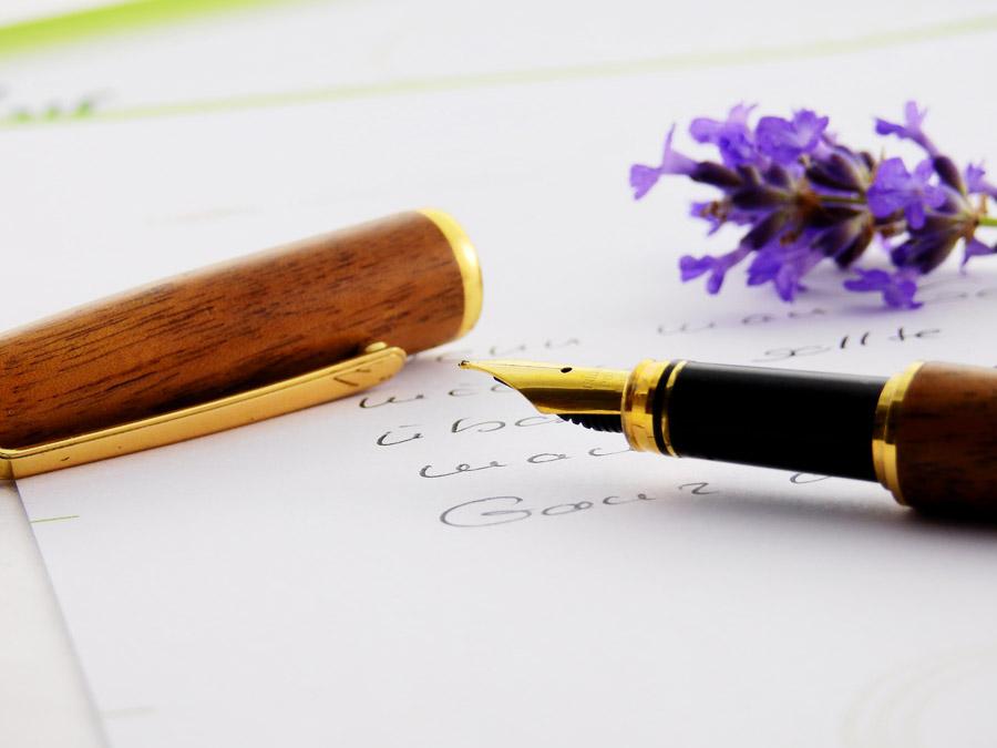 フリー写真 手紙の上の万年筆
