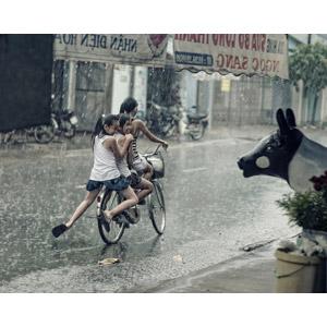 フリー写真, 人物, 子供, 女の子, アジアの女の子, 三人, 人と乗り物, 自転車, 雨, ベトナム人