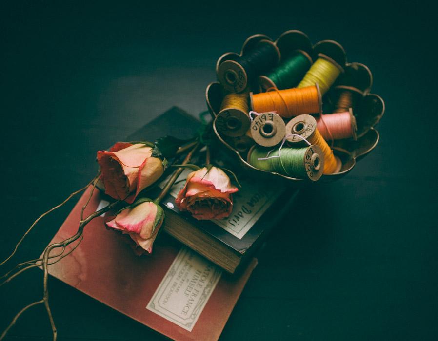 フリー写真 本とミシン糸とバラの花
