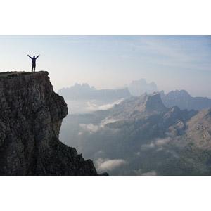 フリー写真, 風景, 山, 崖, ドロミテ(ドロミーティ), アルプス山脈, イタリアの風景, 岩山, 人と風景, 後ろ姿, 歓喜, 万歳(バンザイ)