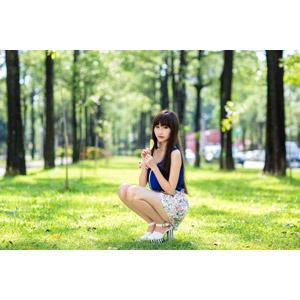 フリー写真, 人物, 女性, アジア人女性, 嚴琪琪(00273), 中国人, 葉っぱ, しゃがむ, ミニスカート, ノースリーブ