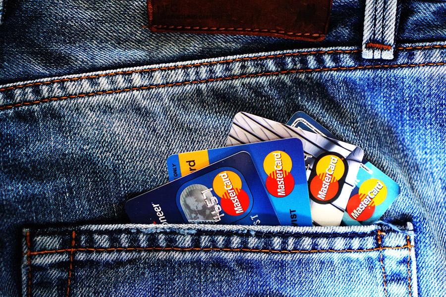 フリー写真 ジーンズのポケットに入ったクレジットカード