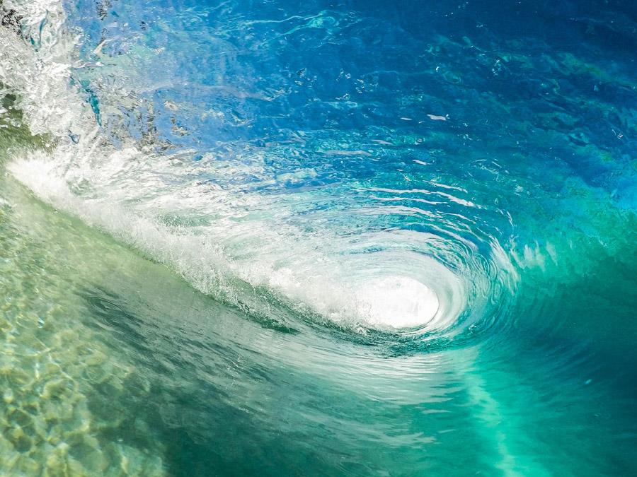 フリー写真 波の中のトンネルの風景