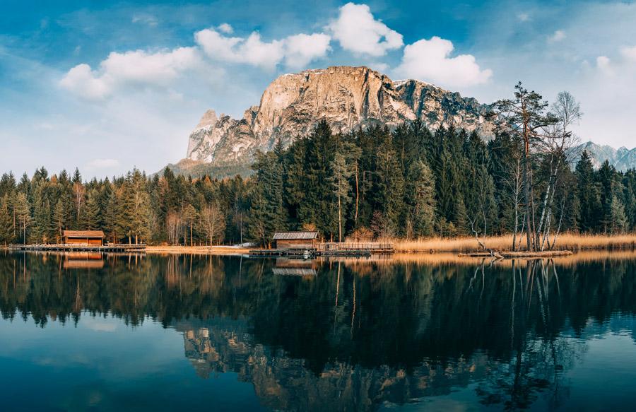フリー写真 南チロル地方の湖とアルプス山脈の風景