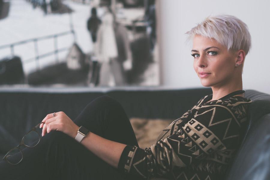 フリー写真 金髪ショートヘアの外国人女性