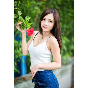 フリー写真, 人物, 女性, アジア人女性, 王真真(00275), 中国人, 人と花, 花, ハイビスカス, 赤色の花