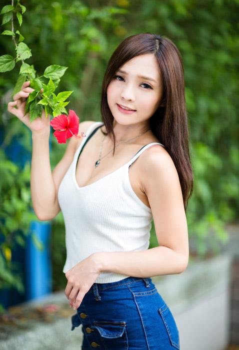 フリー写真 ハイビスカスの花とビスチェ姿の女性