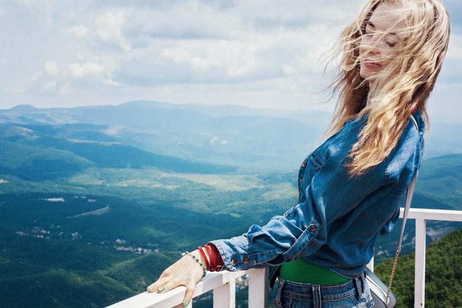 フリー写真 展望台の上で目を閉じる外国人女性