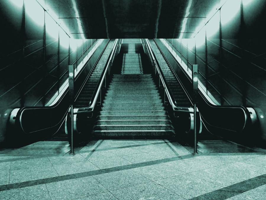 フリー写真 階段とエスカレーターの風景