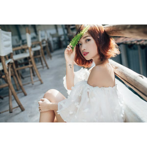 フリー写真, 人物, 女性, アジア人女性, 女性(00201), ベトナム人, ショートヘア, 葉っぱ, 座る(床)
