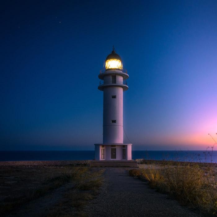 フリー写真 日暮れの灯台の風景