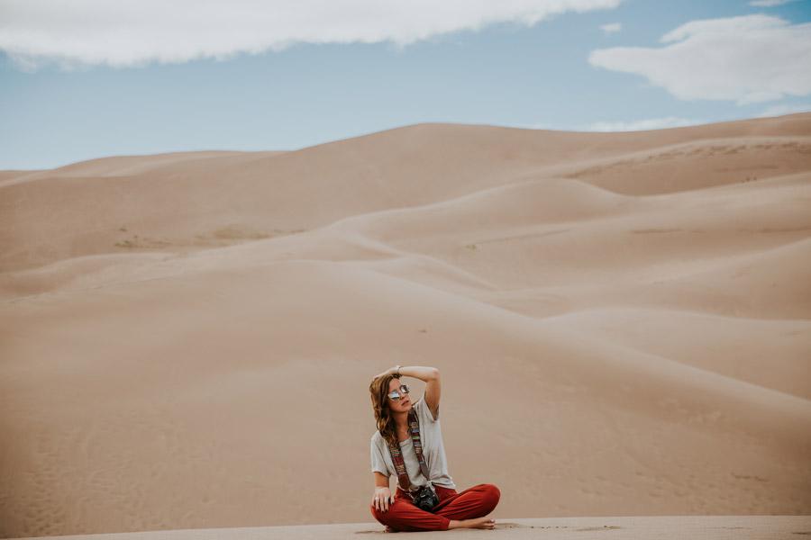 フリー写真 砂漠とあぐらをかく外国人女性