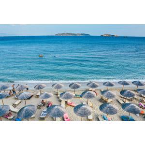 フリー写真, 風景, ビーチ(砂浜), 海, ビーチパラソル, デッキチェア, 人と風景, 海水浴, リゾート, バケーション, ギリシャの風景