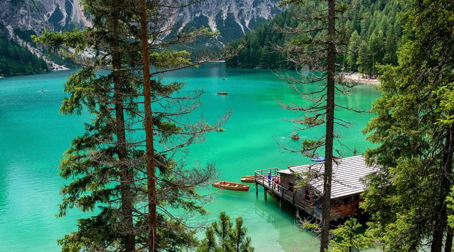 フリー写真 エメラルドグリーンのブライエス湖の風景