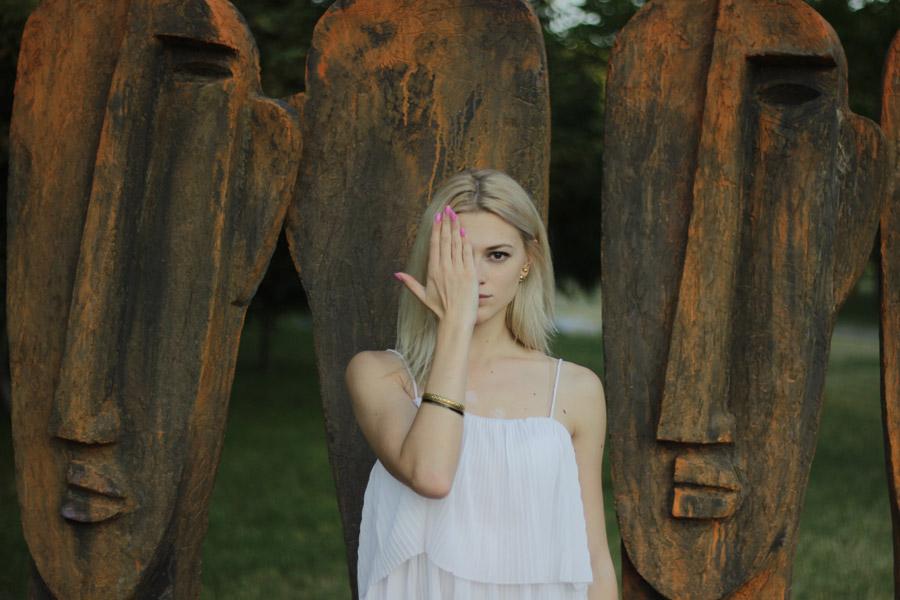 フリー写真 手で顔の片側を覆う外国人女性
