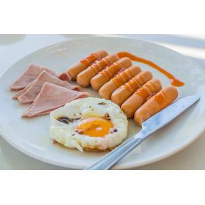 フリー写真, 食べ物(食料), 料理, 朝食, 肉料理, 卵料理, 目玉焼き, ソーセージ(ウィンナー), ハム, テーブルナイフ