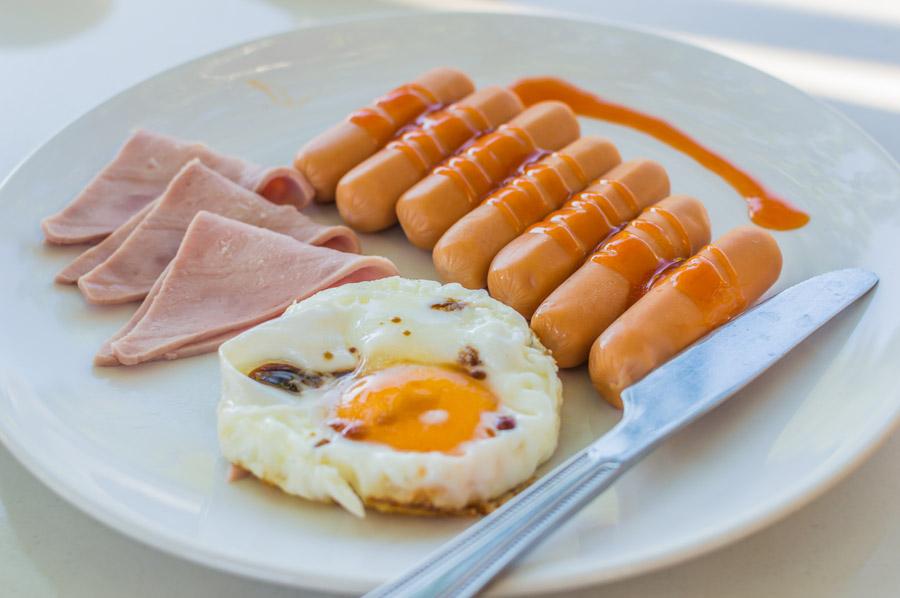 フリー写真 ウインナーとハムと目玉焼きの朝食