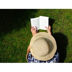 フリー写真, 人物, 女性, 帽子, 腹這い, 読む(読書), 芝生, 本(書籍)