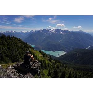 フリー写真, 人物, 男性, 後ろ姿, 人と風景, 座る(地面), 眺める, 山, 河川, 渓谷