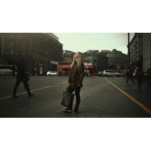 フリー写真, 人物, 女性, 外国人女性, 鞄(カバン), 見上げる(上を向く), 人と風景
