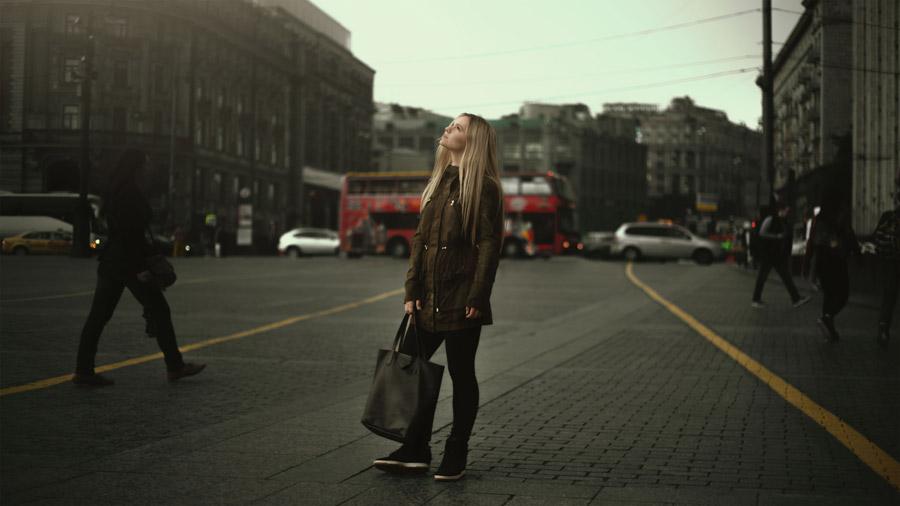 フリー写真 街中で空を見上げる外国人女性