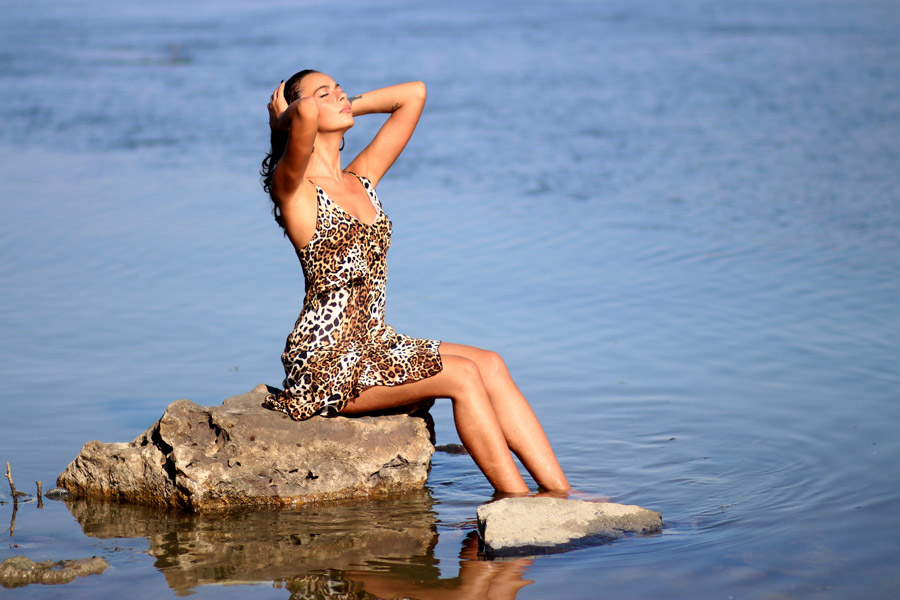 フリー写真 湖に足をつけて髪をかきあげる外国人女性