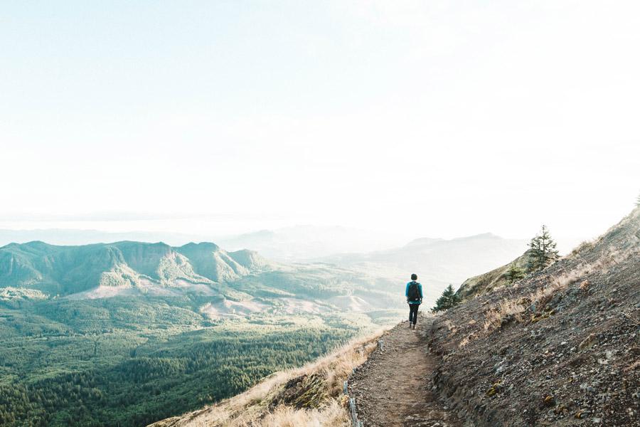 フリー写真 山の風景とトレッキングしている人物の後ろ姿