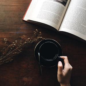 フリー写真, 飲み物(飲料), コーヒー(珈琲), コーヒーカップ, 本(書籍)