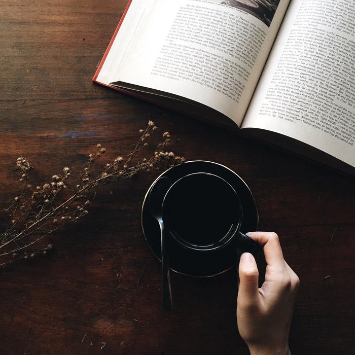 フリー写真 本とコーヒーと手