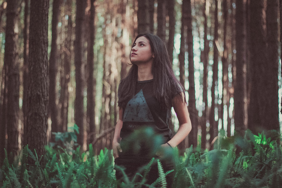 フリー写真 森の中で佇む外国人女性