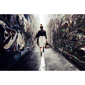 フリー写真, 人物, 女性, 外国人女性, 後ろ姿, 鞄(カバン), 路地裏, 落書き, 人と風景