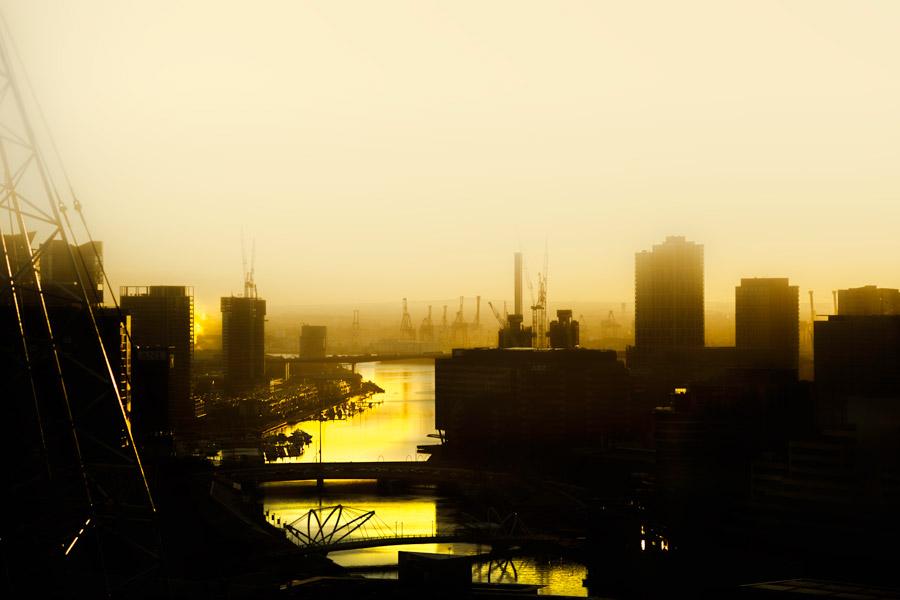 フリー写真 朝焼けに染まる港の風景