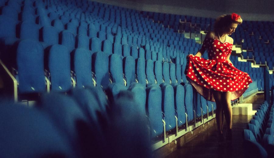 フリー写真 観客席と水玉のワンピースを着た外国人女性