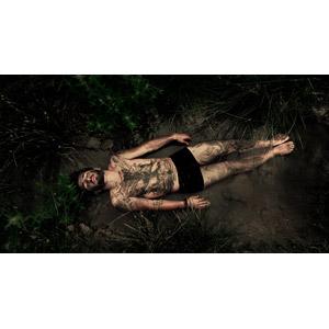 フリー写真, 人物, 男性, 外国人男性, 仰向け, 寝転ぶ, トルコ人, 泥, 目を閉じる, 気絶(気を失う), 寝る(寝顔)