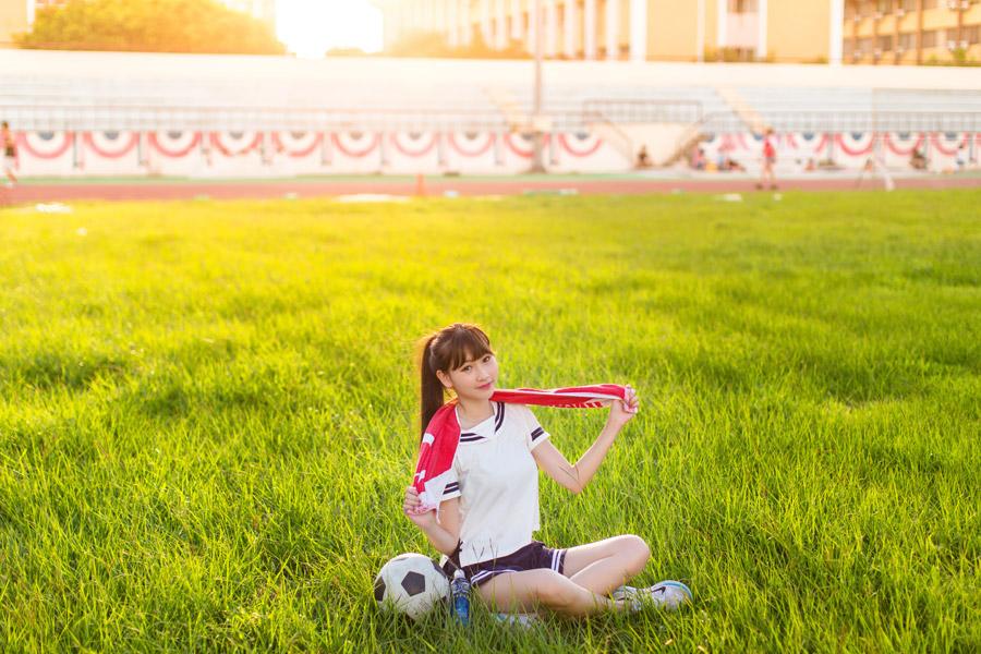 フリー写真 サッカーボールとタオルを首にかける女子高生